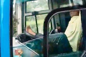 Rụng rời cảnh tài xế lái xe khách bằng chân 'bay' 80km/h trên cao tốc