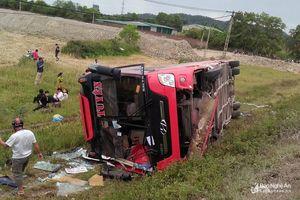 Nghệ An: Xe giường nằm lật xuống ruộng, 2 người chết, 7 người bị thương