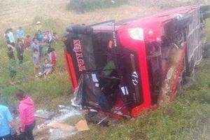 Nghệ An: Lật xe khách giường nằm, 2 người chết, 7 người bị thương