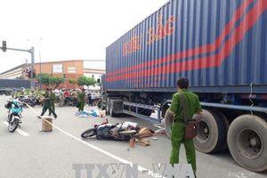 Xe container cán xe máy, 2 vợ chồng thiệt mạng, bé trai 8 tuổi thương nặng