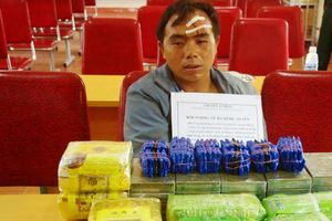 Thầy giáo mang súng vận chuyển 20 bánh heroin