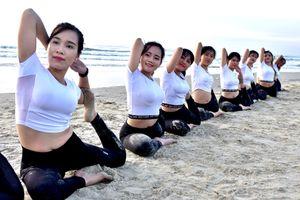 Tập yoga bên bãi biển nổi tiếng Quảng Ngãi