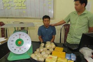 Bắt 'tại trận' đối tượng vận chuyển gần 24.000 viên ma túy tổng hợp