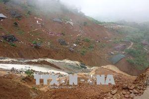 Khẩn trương hỗ trợ người dân bản Sáng Tùng khắc phục hậu quả sạt lở đất