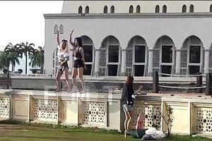Malaysia trục xuất du khách Trung Quốc nhảy múa ở điện thờ Hồi giáo