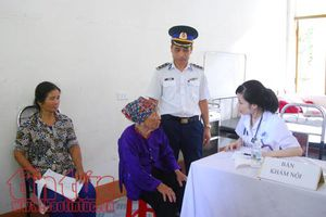Chiến sĩ quân y Cảnh sát biển khám và cấp thuốc miễn phí cho nhân dân Cô Tô