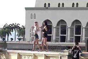 Hai du khách Trung Quốc nhảy sexy trước nhà thờ Hồi giáo gây phẫn nộ