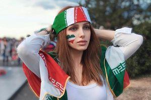 Nữ CĐV Iran trông như 'búp bê sống' trên khán đài World Cup