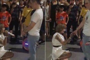 'Hot girl xăm trổ' quỳ gối cầu hôn bạn trai gây xôn xao phố đi bộ HN
