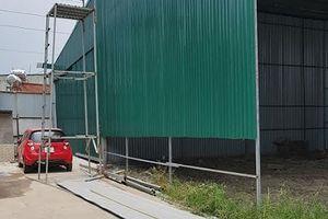 Núp bóng bãi đỗ xe 'biến' hàng ngàn mét vuông đất thành nhà xưởng