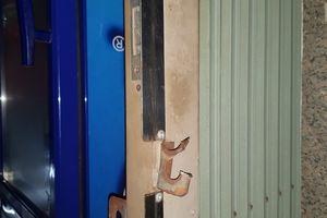 Truy tìm 5 thanh niên đột nhập quầy tạp hóa trộm nhiều tài sản trong đêm