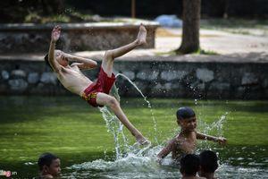 Nô giỡn trên sông, hồ ngày nắng nóng gần 40 độ C