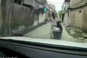 Người phụ nữ đi xe lead lao từ ngõ ra đường và pha xử lý tình huống bất ngờ
