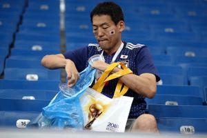 Thua cuộc, CĐV Nhật Bản vừa nức nở vừa nhặt rác sau trận đấu