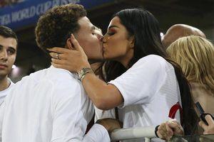 Thắng 'vỡ tim' Colombia, tuyển thủ Anh được bồ xinh thưởng nóng