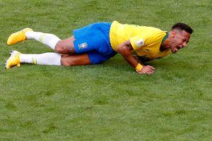 Ronaldo 'béo' bênh vực hành động ăn vạ của Neymar