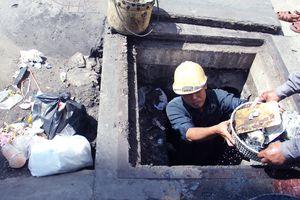 Mở nắp cống ở TP.HCM: Đầy rác, kim tiêm, thủy tinh do người dân xả xuống