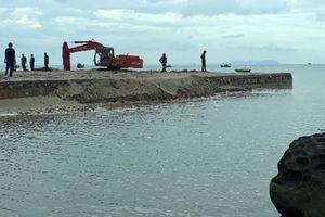Cảnh sát bắt quả tang 4 người lấy cát trái phép ở Phú Quốc