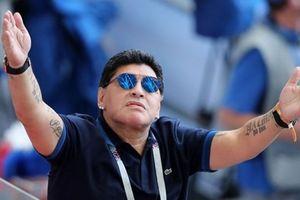 Liên tục diễn trò lố, gọi ĐT Anh là 'quân ăn cắp', Maradona bị FIFA chỉ trích