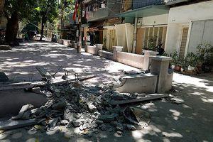 Đập phá sân chơi cho trẻ em đang xây dựng vì mất lối đi ô tô