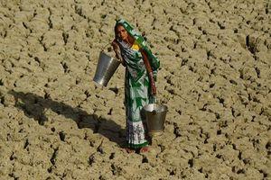 Nắng nóng kỷ lục nhưng phụ nữ Ấn Độ chỉ dám uống nước và đi vệ sinh 1 lần/ngày vì sợ bị tấn công tình dục