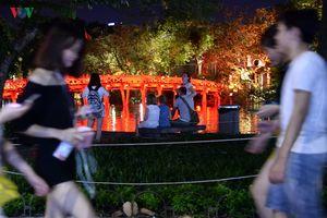 Nóng 40 độ C, người Hà Nội 'nhộn nhịp' ra đường hóng mát buổi tối