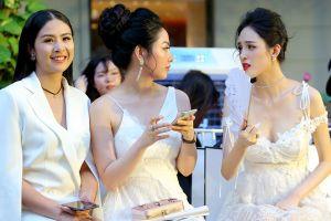 Mỹ nhân Việt phải dùng quạt giấy khi xem thời trang ngoài trời