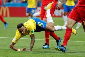 Trọng tài được ca ngợi vì 3 lần từ chối cho Brazil hưởng penalty