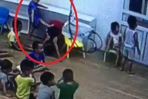 Mẹ quay clip trẻ đánh nhau ở trường, con bị đuổi học là sao?