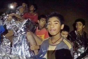 Đội bóng Thái Lan đang được đưa ra khỏi hang bằng cách nào?