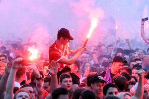 Croatia vào bán kết, CĐV đốt pháo sáng, ăn mừng thâu đêm