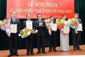 8 lãnh đạo, nguyên lãnh đạo TPHCM nhận Kỷ niệm chương 'Vì sự nghiệp đối ngoại Đảng'