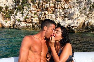 Ronaldo cùng bạn gái tình tứ khóa môi tại Hy Lạp
