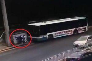 Tai nạn kinh hoàng: Xe buýt 'nghiền nát' nhà chờ, đâm thẳng vào hành khách