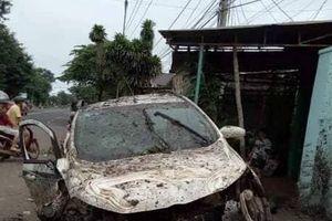 Đắk Lắk: Mất lái, ô tô đâm sập cổng nhà dân, 4 người bị thương