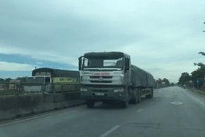 Xe đầu kéo chở đầy xi măng phóng ngược chiều trên quốc lộ 1
