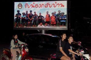Huấn luyện viên trưởng đội bóng Thái Lan chưa được thăm học trò