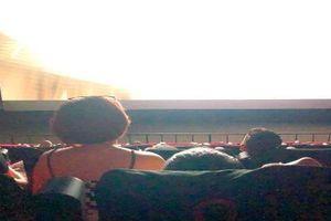 Hành động phản cảm trong rạp chiếu phim khiến cô gái bị ném đá tả tơi