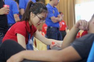 Hàng nghìn người đội mưa đến tham gia hiến máu cứu người