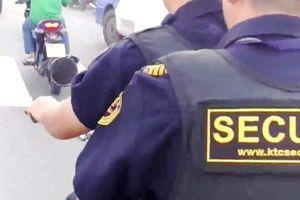 TP.HCM: Hai bảo vệ công ty KTC nghênh ngang trên đường và mang theo súng