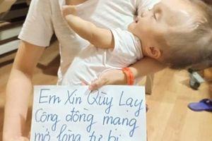 Mẹ trẻ ôm con mắc não úng thủy quỳ xin cộng đồng mạng cứu
