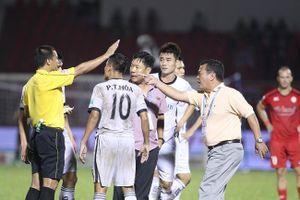 Thẻ đỏ của thủ môn Văn Hưng và những phản ứng tiêu cực từ BLĐ đội bóng sông Hàn