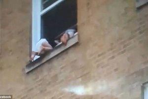 Clip: 2 em bé treo lủng lẳng ngoài khung cửa sổ tầng 3 của một tòa nhà