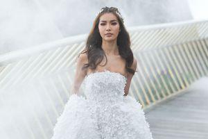 Minh Tú lộng lẫy trong bộ áo cưới được đính kết từ 50.000 cánh hoa