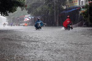 Mưa lớn nhấn chìm nhiều tuyến đường ở thành phố Hà Tĩnh
