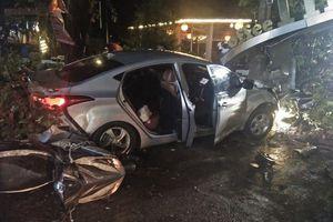 Ô tô mất lái lao vào quán cà phê, hai nữ sinh tử vong
