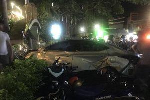 Ô tô mất lái lao vào quán cà phê, nhiều người thương vong