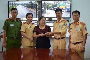 CSGT Công an huyện Nghi Xuân gom tiền rơi trả lại người dân