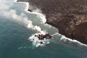 Núi lửa phun tạo ra đảo mới ở Hawaii