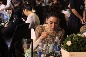 Hari Won có đáng bị chỉ trích vì ăn uống tự nhiên khi dự tiệc?